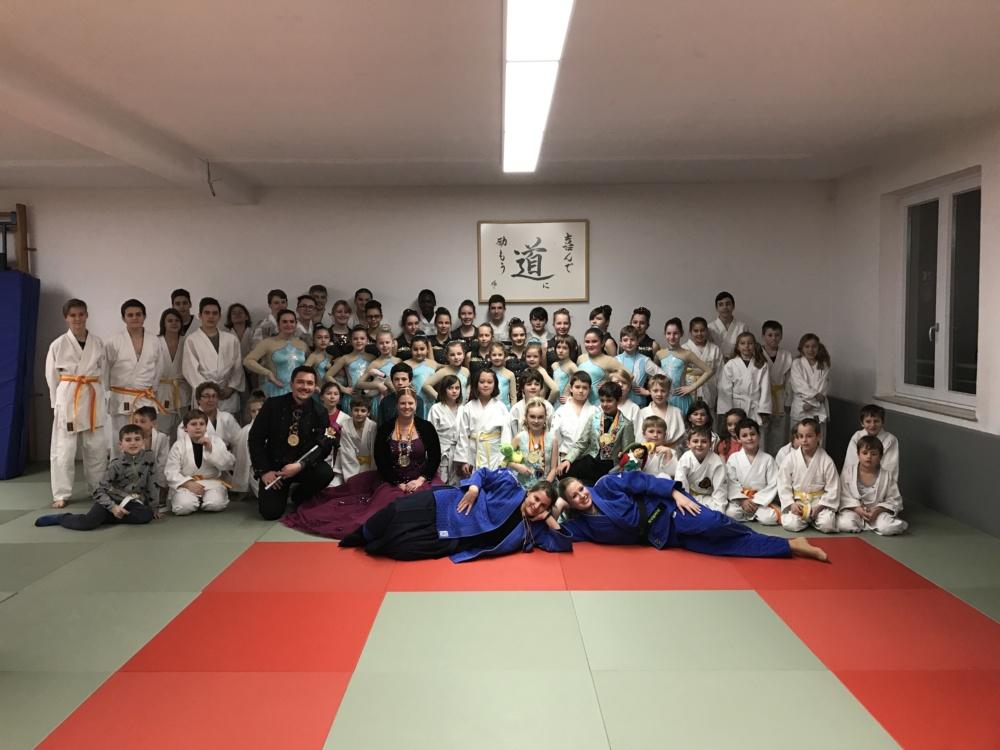 Gruppenbild Judoka und Faschingsgarde