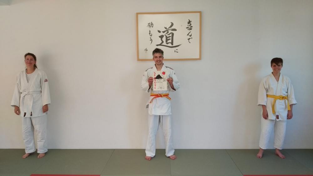 Drei Prüflinge nach der Goshin-Jitsu-Prüfung