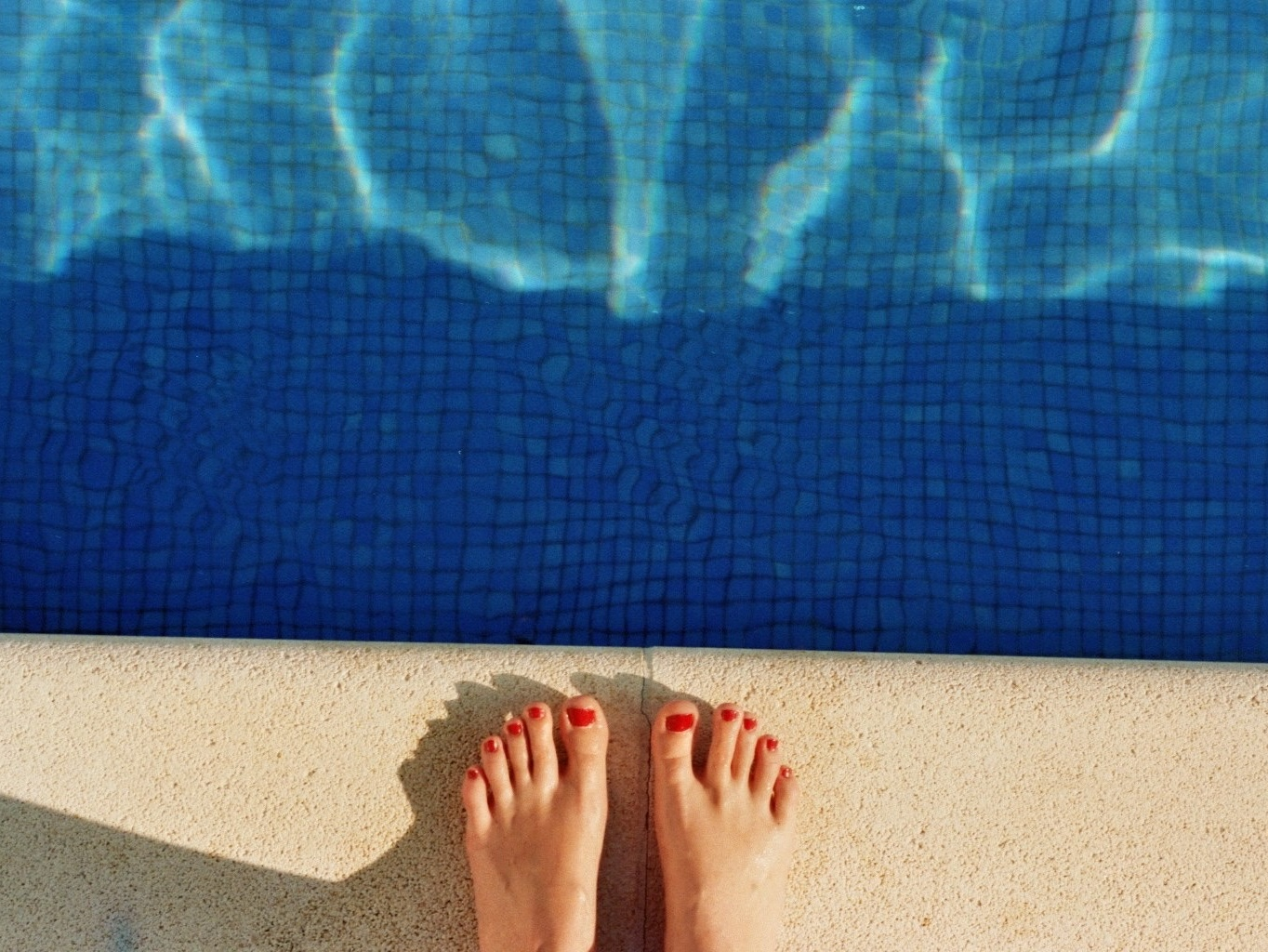 Füße am Pool